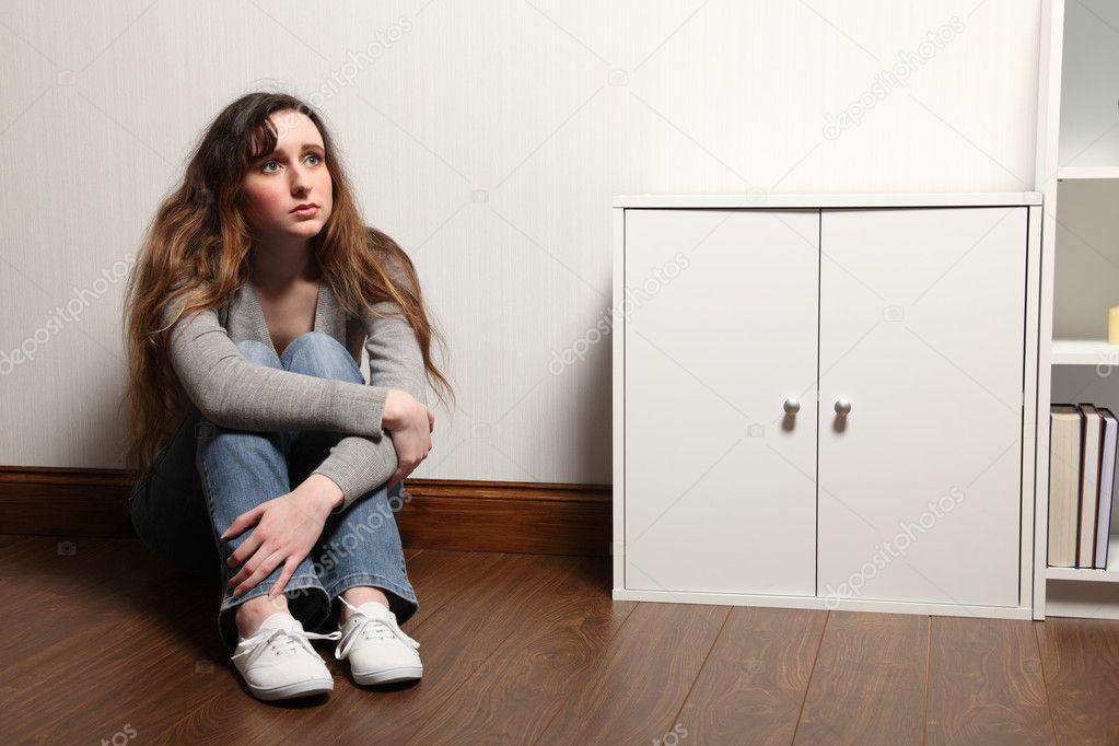 Angst Alleine Zu Hause  ängstlich Teenager Mädchen sitzt allein zu Hause im
