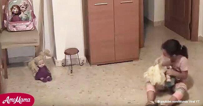 Angst Alleine Zu Hause  Mädchen bereitet sich vor einige Tanzschritte zu zeigen