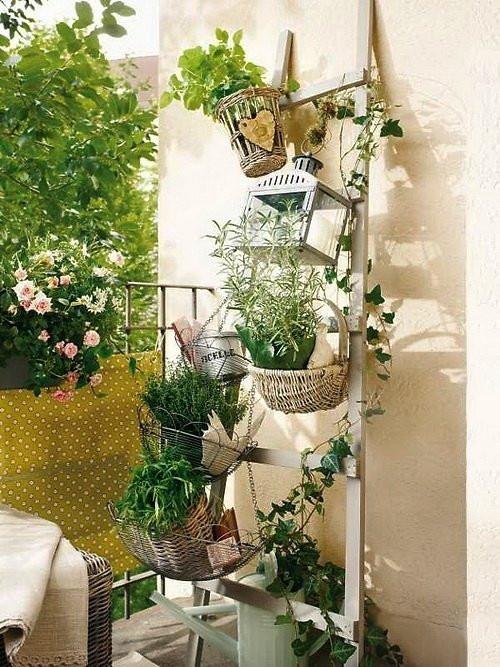 Balkon Deko Diy  balkon ideen mit DIY Holzleiter als Blumenständer fresHouse
