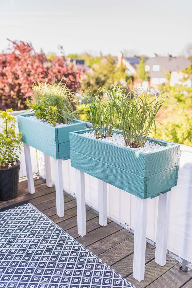Balkon Diy  DIY Pflanzkübel als Sichtschutz für den Balkon Leelah
