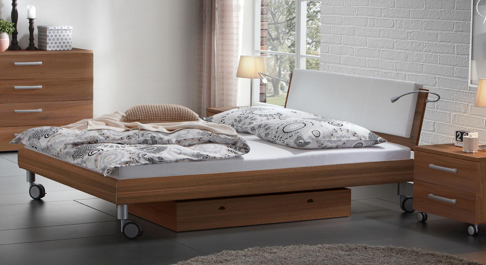Bett Mit Rollen  Doppelbett in Holzdekor mit Rollen Antia