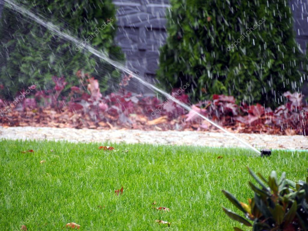 Bewässerungssystem Garten  Automatisches Bewässerungssystem Garten arbeiten sprinkler