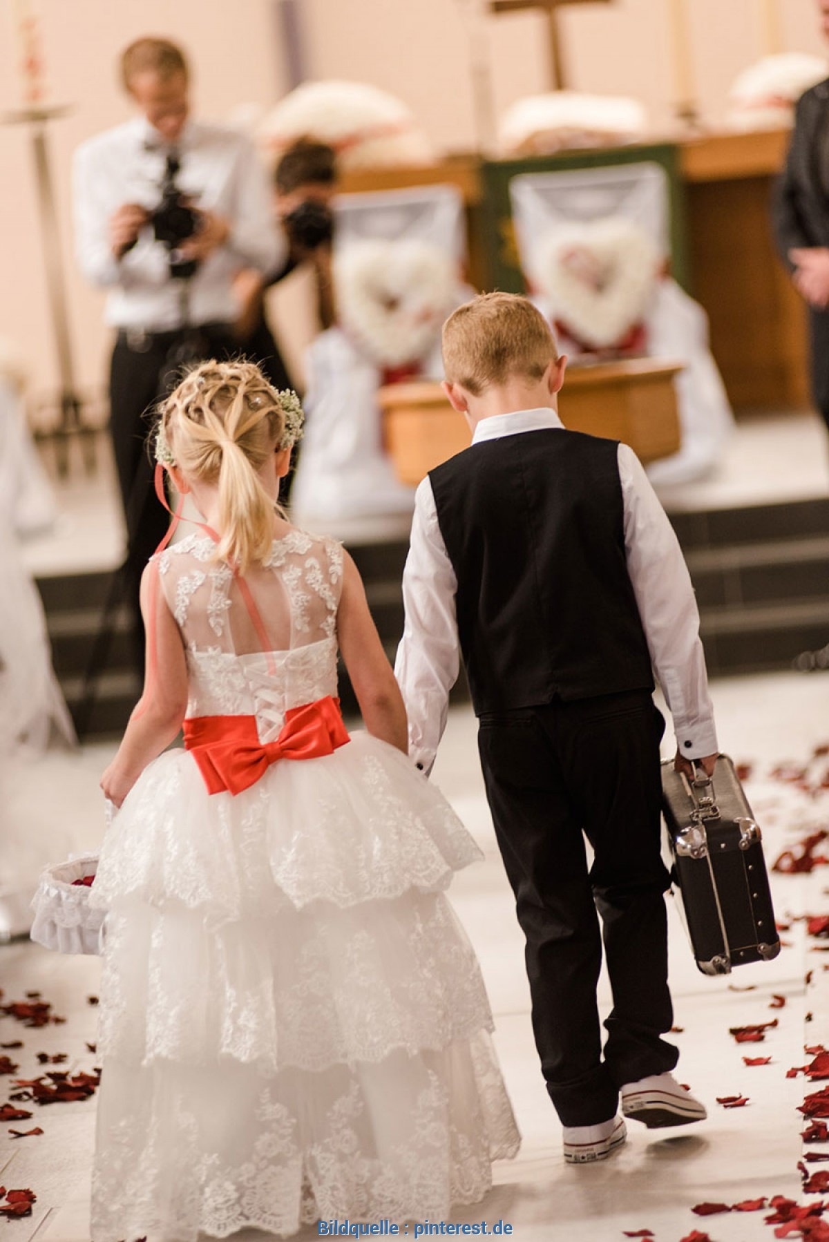 Blumenmädchen Hochzeit  Spektakulär Hochzeit Ringe Bringen Blumenmädchen Und