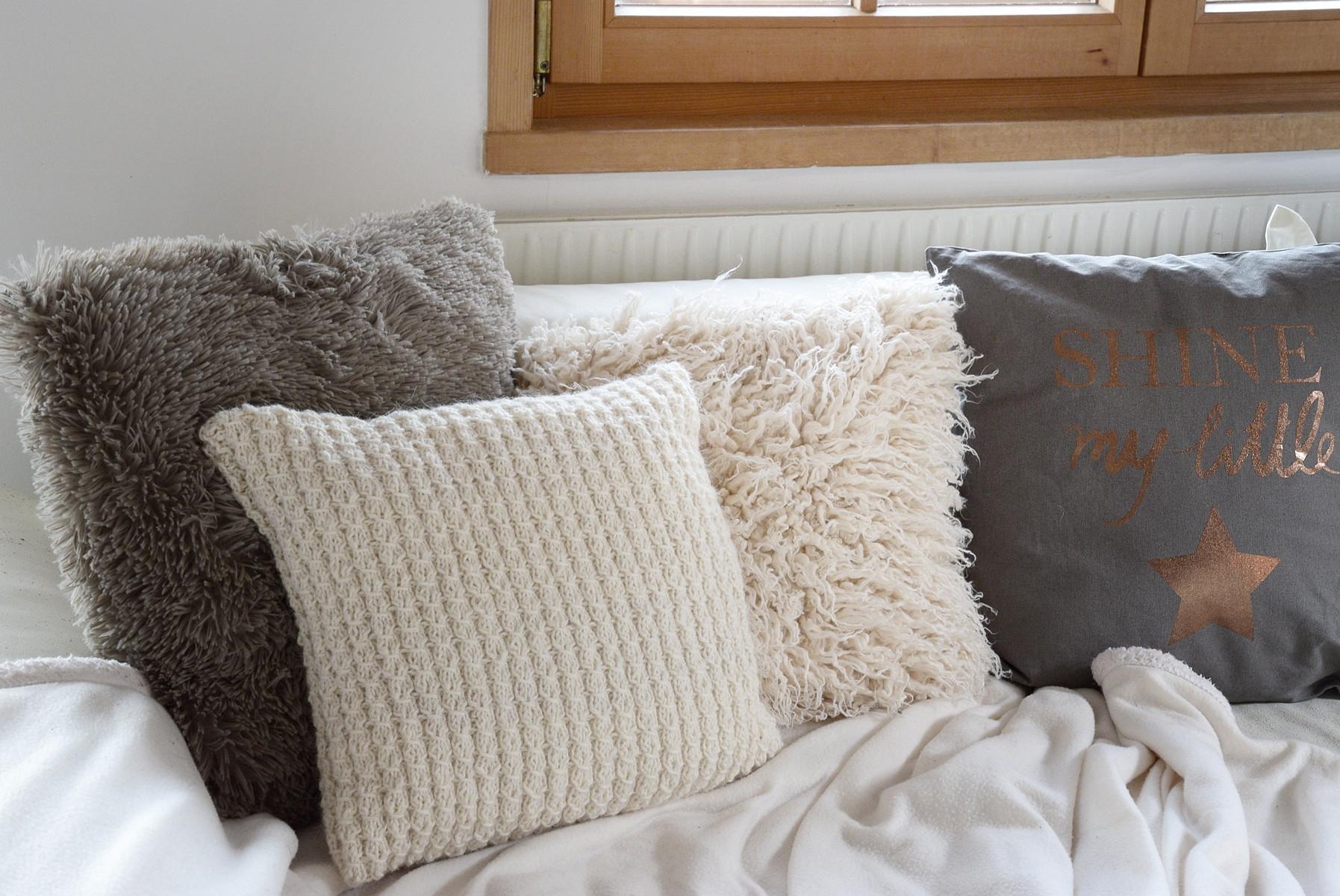Decken Mit Ärmeln  Kuscheliges Wohnzimmer mit Decken und Kissen von DEPOT