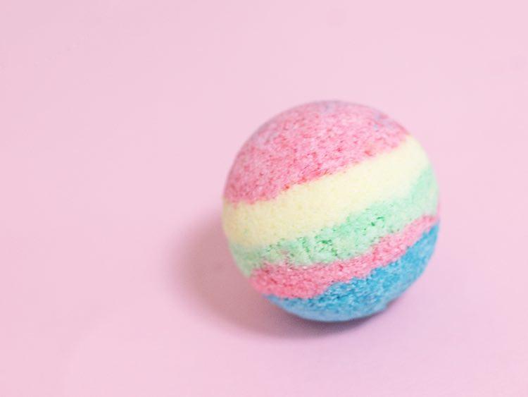 Diy Badebombe  Bade en in Regenbogen Farben selber machen