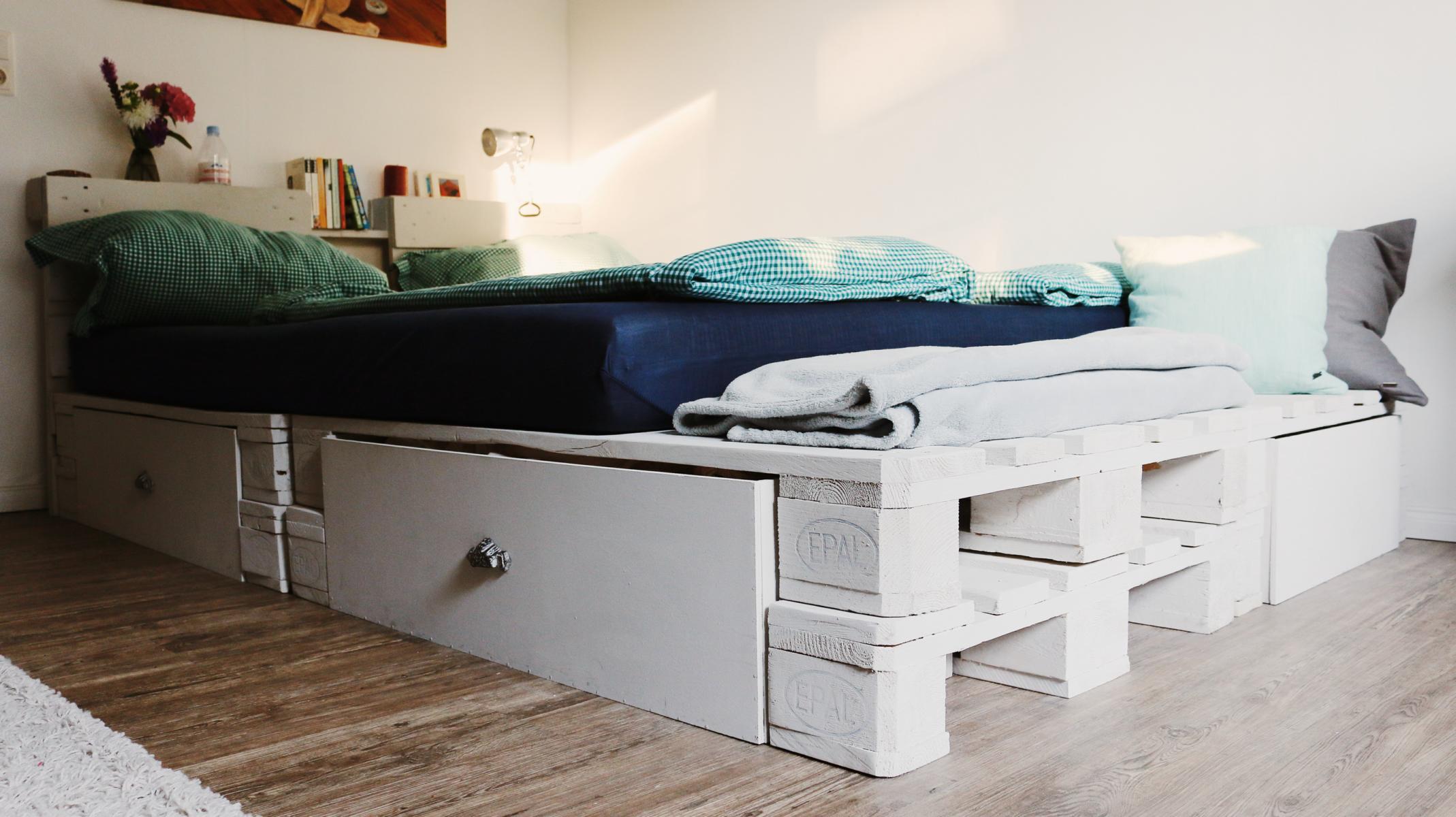 Diy Europaletten  Palettenbett selber bauen Europaletten Bett DIY