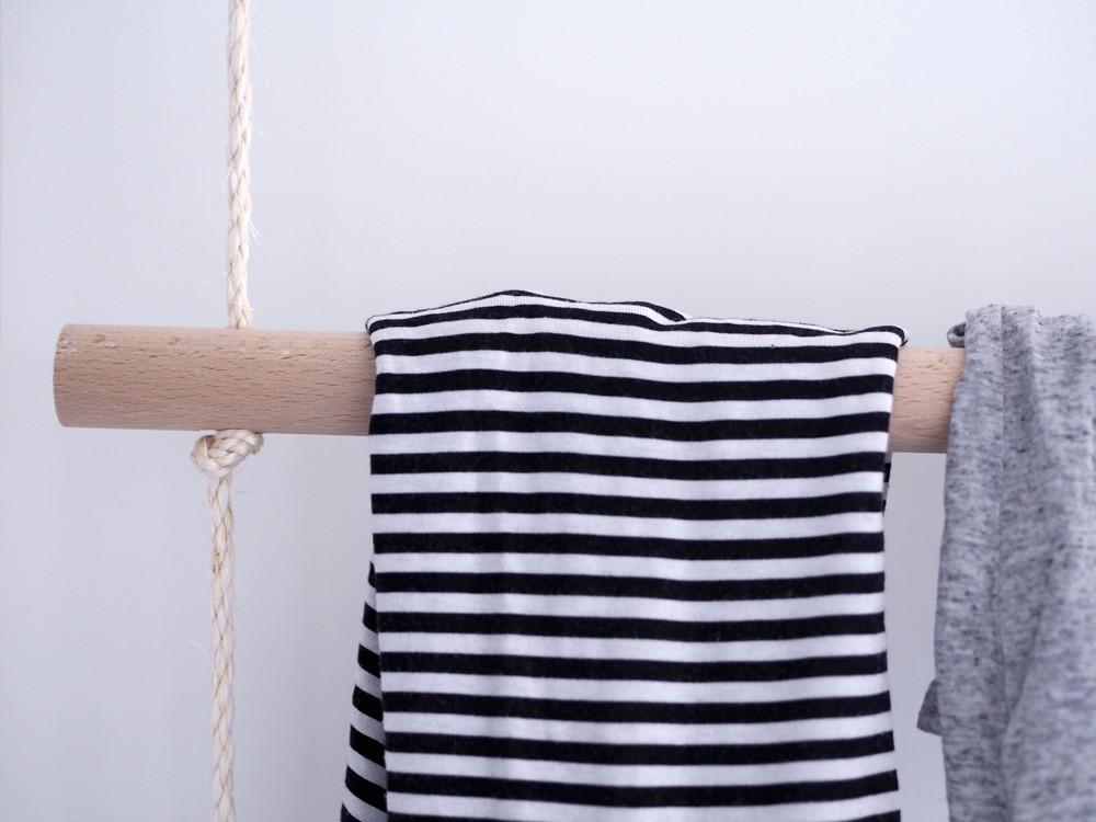 Diy Kleiderstange  DIY Kleiderstange Garderobe aus Holzstangen und Seilen
