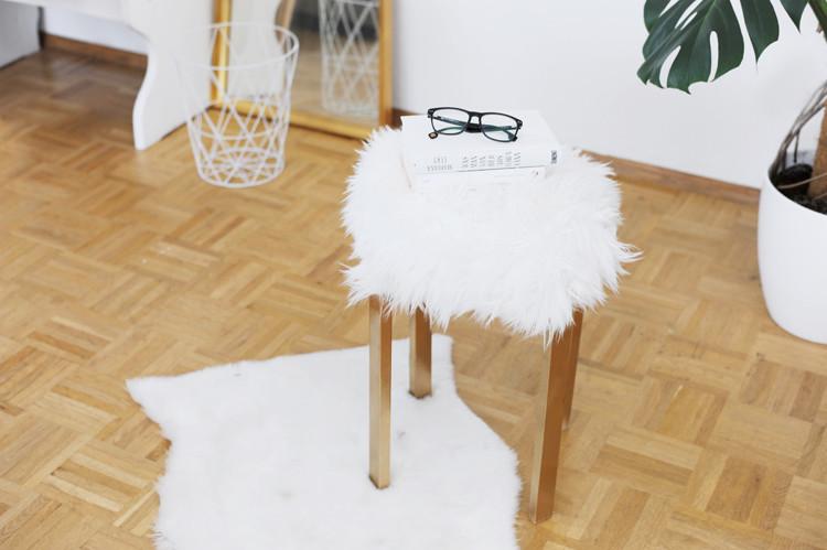 Diy Möbel Anleitung  Günstige Möbel selber bauen DIY Fellhocker – Bonny und Kleid
