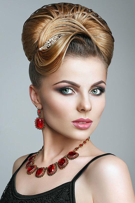 Festliche Frisuren Halblange Haare  Festliche Hochsteckfrisur für halblange Haare Schöne