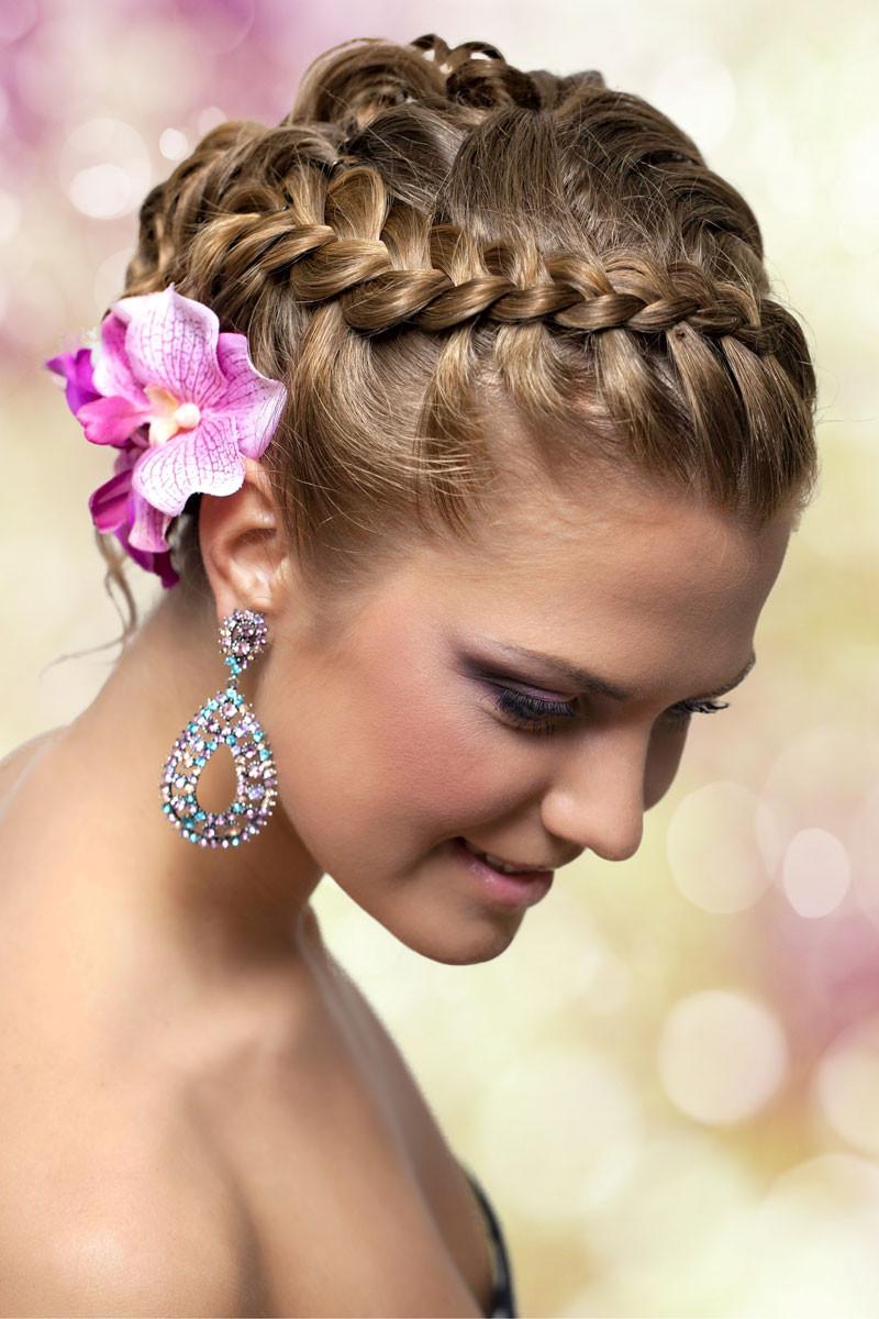 Frisuren Mit Blumen  Geflochtener Haarkranz mit Blumen im Haar Geflochtene