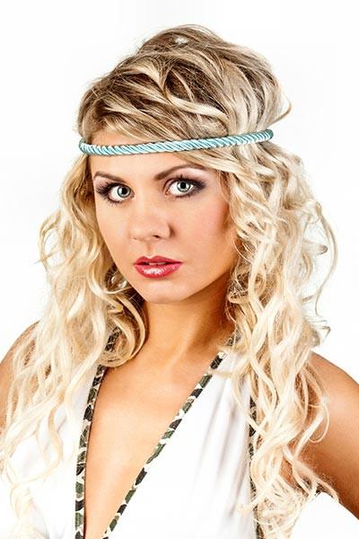 Frisuren Mit Haarband  Romantisch gelockte Frisur mit Haarband