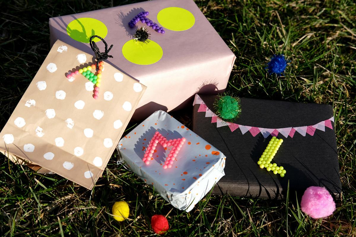Geburtstagsgeschenke Für Kinder  DIY mit Aquabeads Kinderleichte Geschenkanhänger für