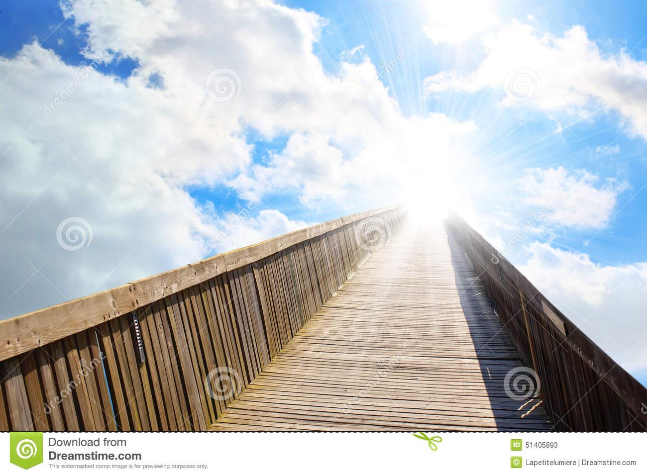 Geburtstagsgruß In Den Himmel  Es Gibt Den Hellen Himmel Am Ende Der Brücke Stockbild