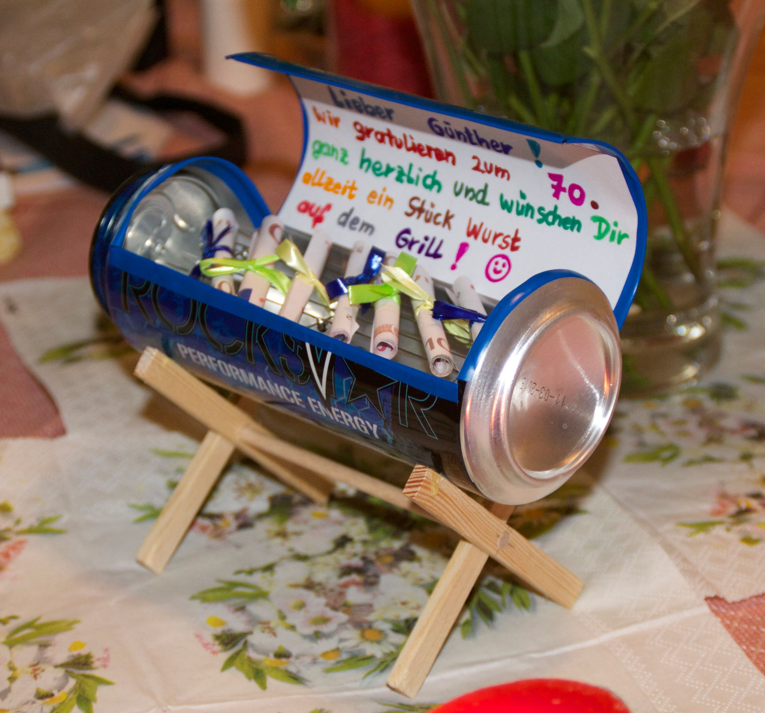 Grill Geschenke  Craft a tiny grill from a beer can Great use for ts of