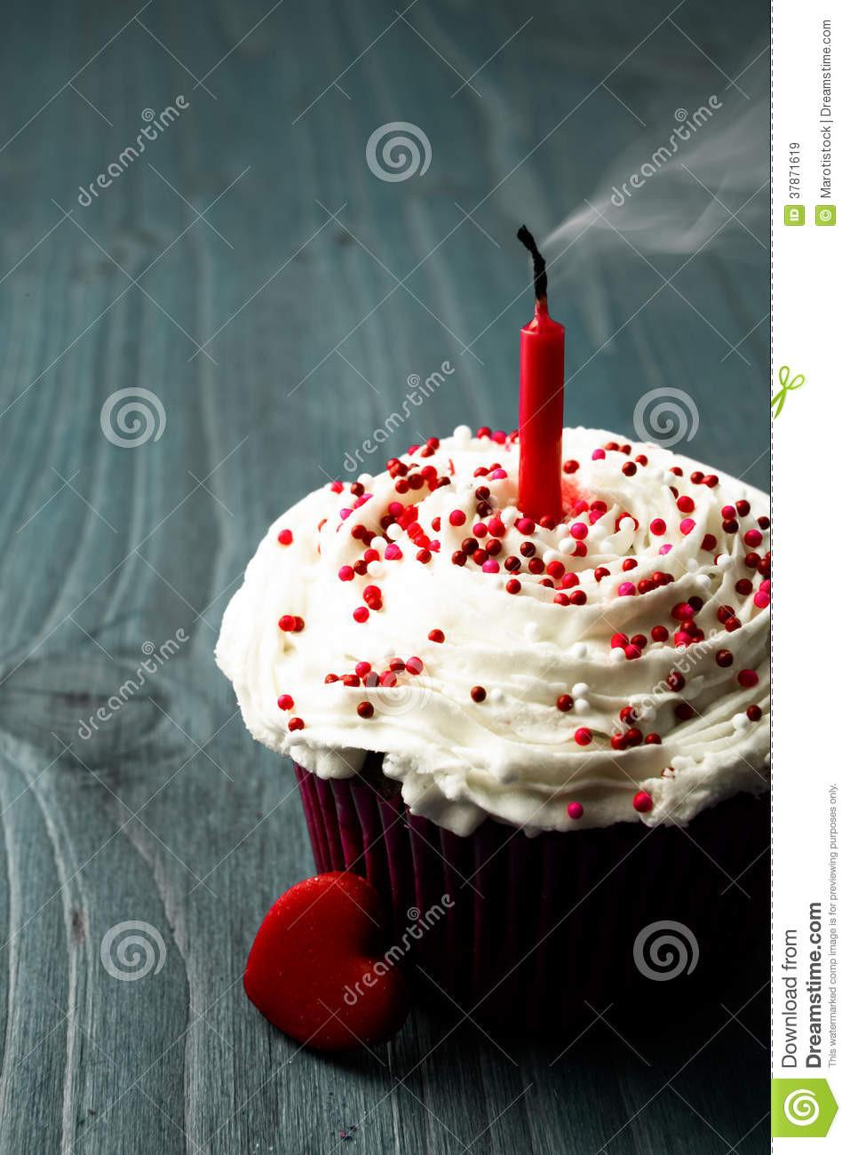 Kleiner Geburtstagskuchen  Süßer Kleiner Geburtstagskuchen Lizenzfreie Stockbilder