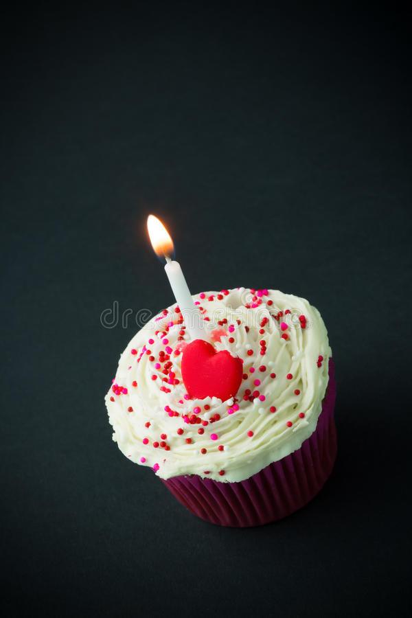 Kleiner Geburtstagskuchen  Süßer Kleiner Geburtstagskuchen Mit Kerzen Stockfotos