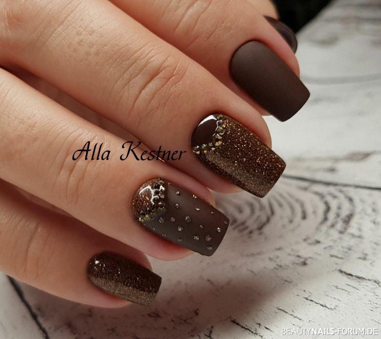 Nageldesign Braun  Braun in matt mit glitter und Strasssteinche Herbst