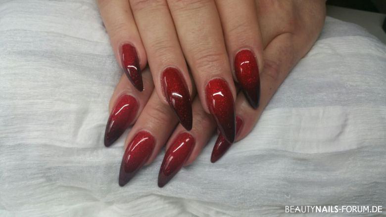 Nageldesign Dunkelrot  Rote spitze Nägel mit Farbverlauf zu dunkelrot Gelnägel