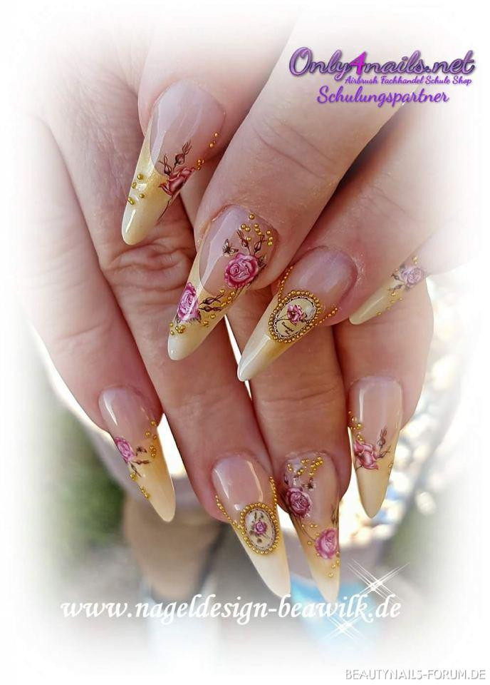 Nageldesign Forum  Vintage Nageldesign Stiletto in gelb gold Nageldesign