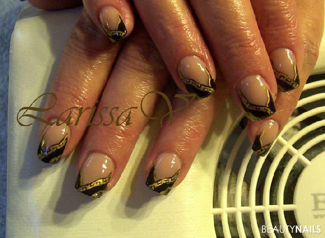 Nageldesign Gold  schwarz gold und malerei Nageldesign