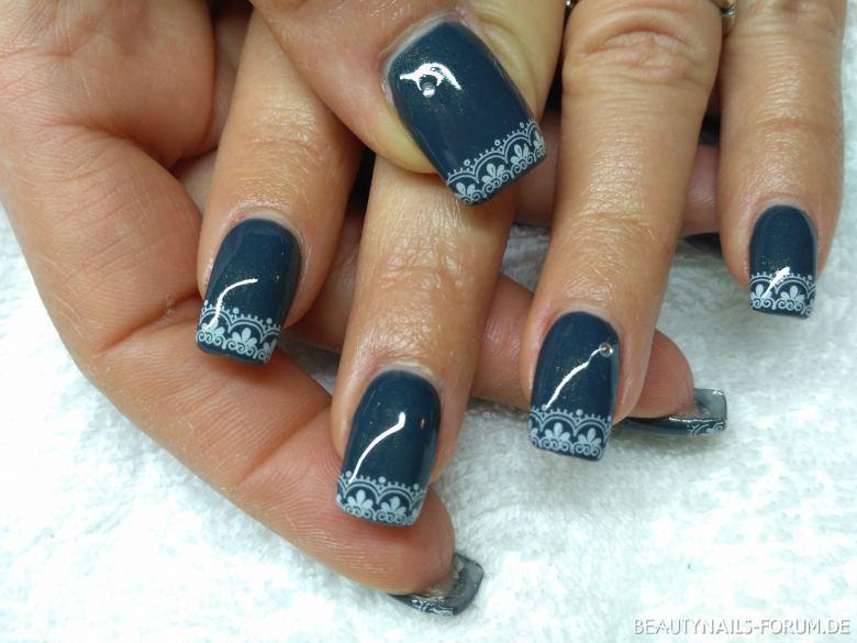 Nageldesign Mit Stempel  Schönes Nageldesign mit Stempel auf grauen Nägeln Gelnägel