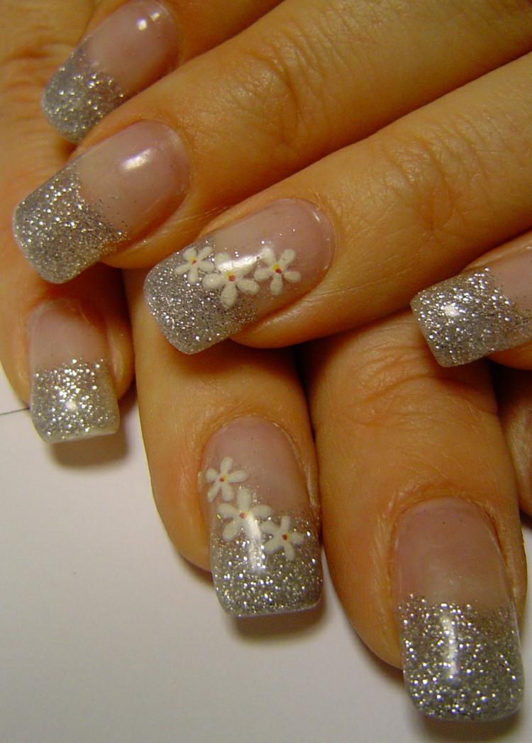Nageldesign Weiß Mit Blumen  Nageldesign mit Glitzer für den zarten oder glamurösen Look