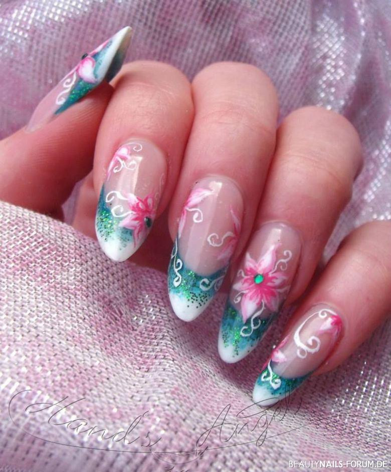 Nageldesign Weiß Mit Blumen  Gelmodellage mit French weiß grün mit Blume und Stein Gelnägel