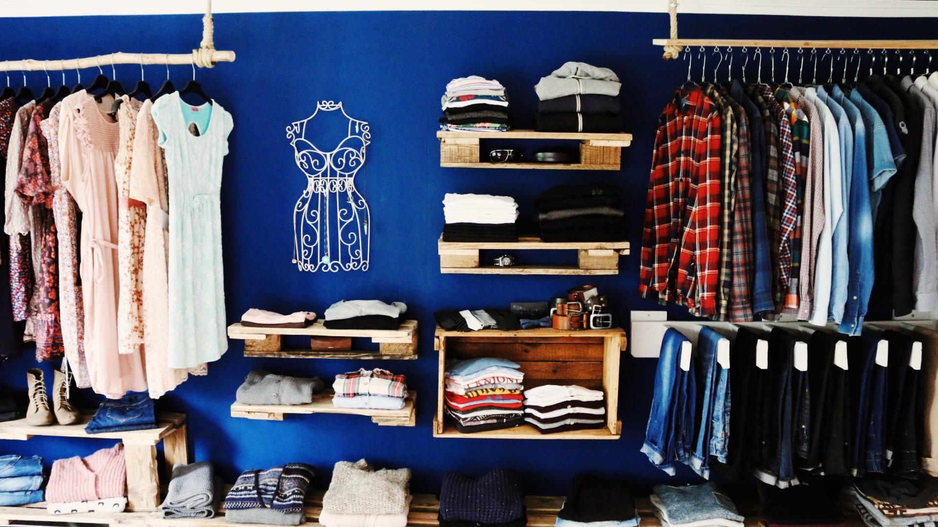 Offener Kleiderschrank Diy  Begehbarer Kleiderschrank aus Paletten & Weinkisten bauen
