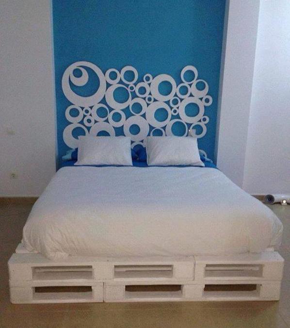 Schlafzimmer Diy  DIY Bett und eigener Designer Nachttisch aus Paletten
