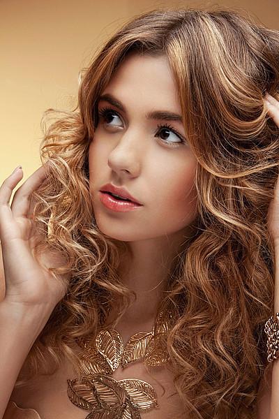 Schöne Frisuren Lange Haare  Abendfrisur mit Locken und Strähnchen offen gestylt