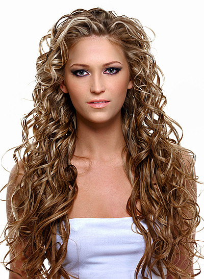 Schöne Frisuren Mit Locken  Sehr lange Haare mit wilden Locken und Strähnchen