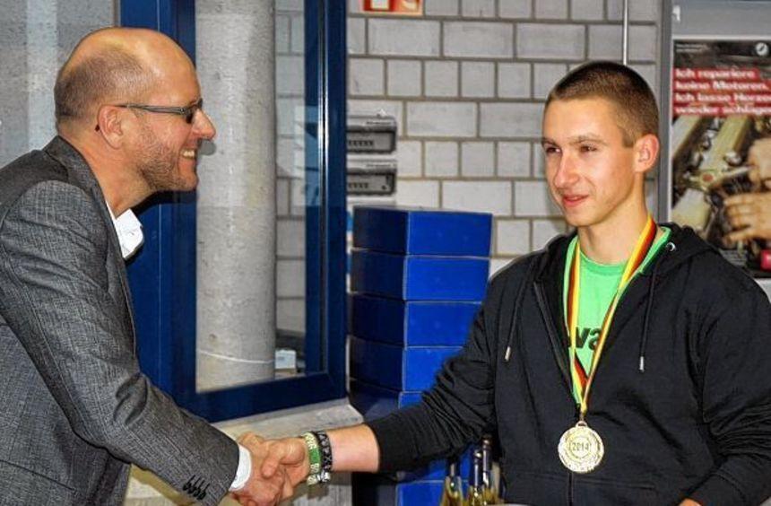 Titel Im Handwerk Kreuzworträtsel  Fabian Kraft grüßt als Bundessieger Fränkische