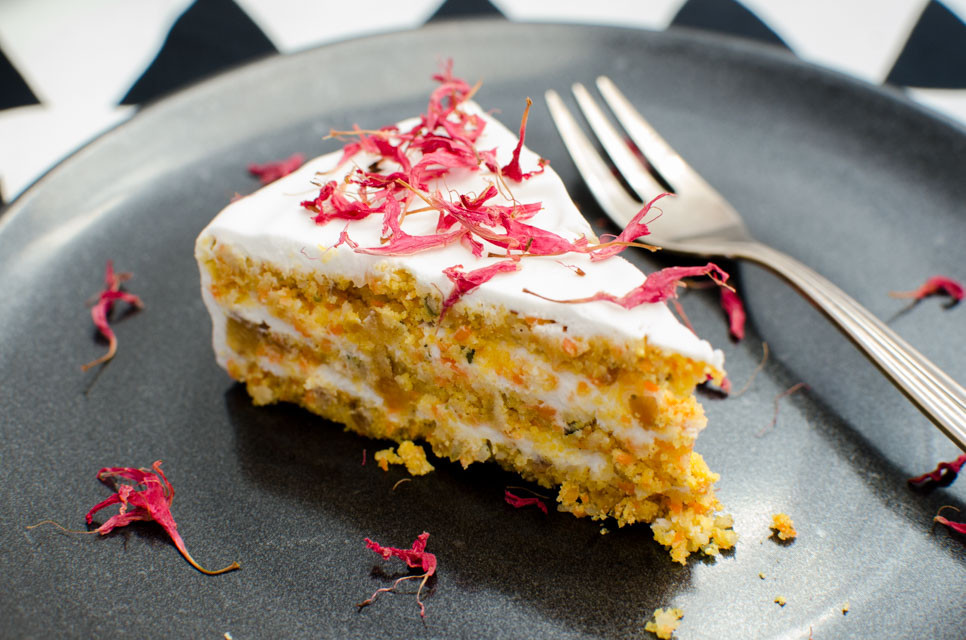 Veganer Geburtstagskuchen  Rohköstlicher Karotten Kokos Kuchen VeganBlatt