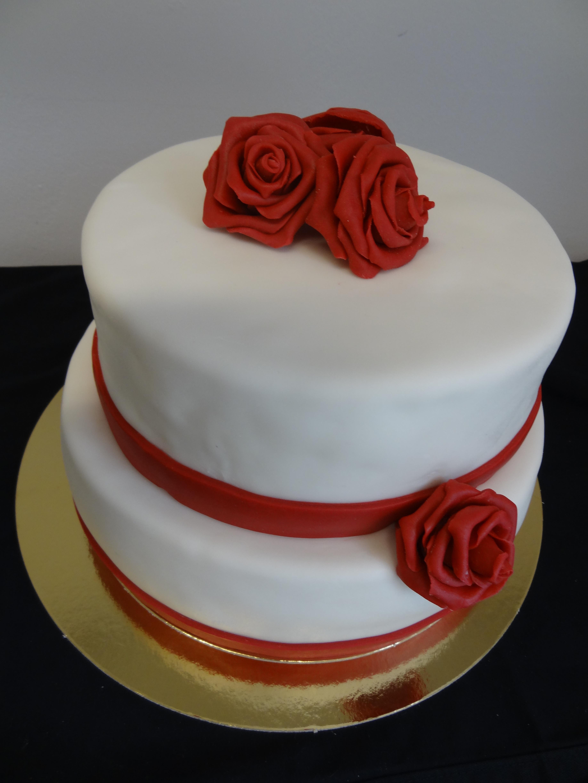 Zweistöckige Hochzeitstorte  zweistöckige Hochzeitstorte mit modellierten Rosen