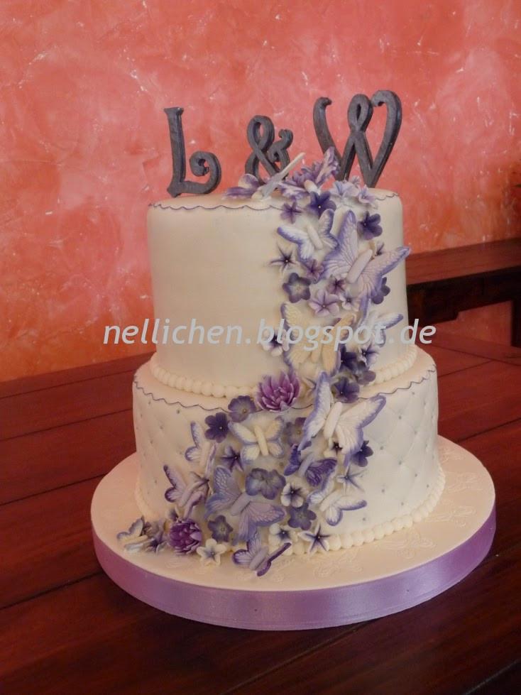 Zweistöckige Hochzeitstorte  Zweistöckige Hochzeitstorte mit Schmetterlingen und Blüten