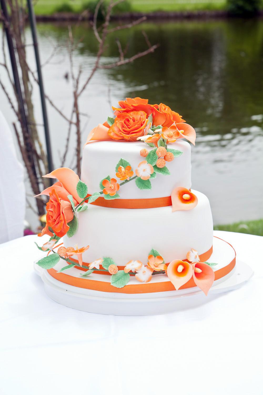 Zweistöckige Hochzeitstorte  Zweistöckige Hochzeitstorte mit Zuckerblumen