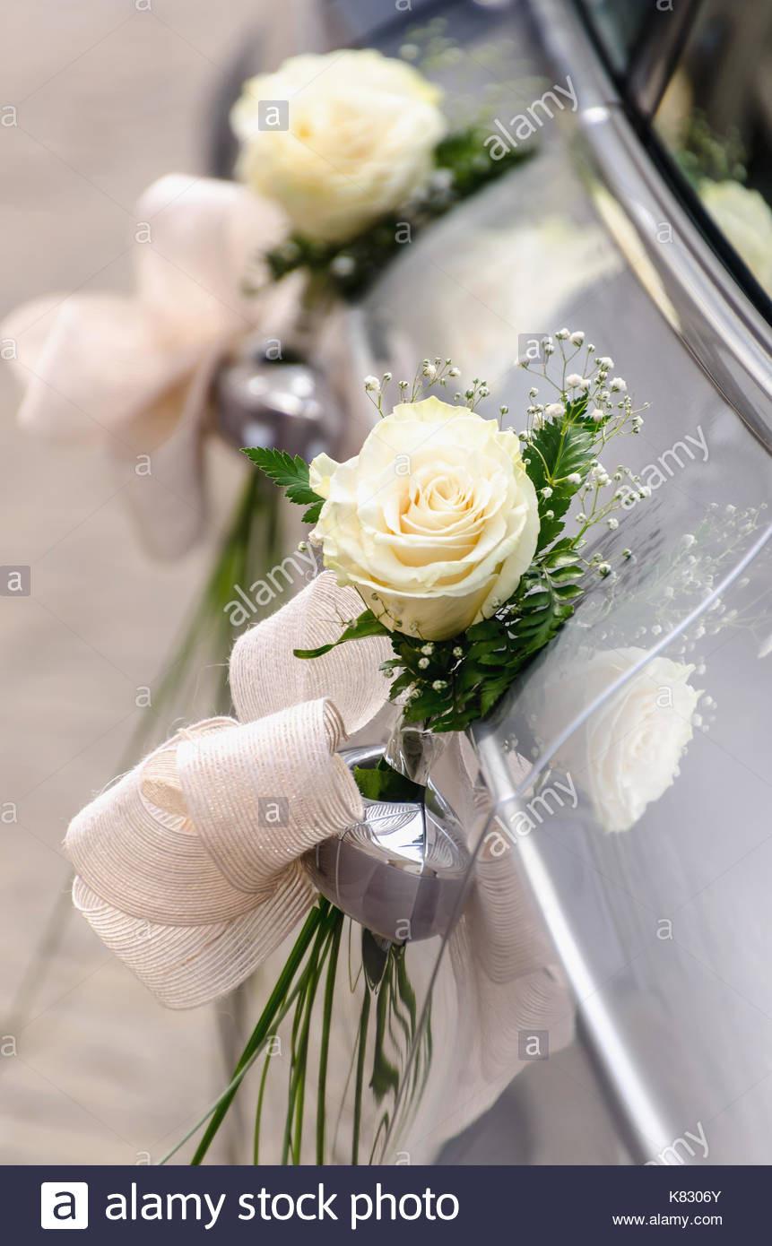 Blumenschmuck Hochzeit Auto  Eine Hochzeit Auto mit sträuße von weissen Rosen und