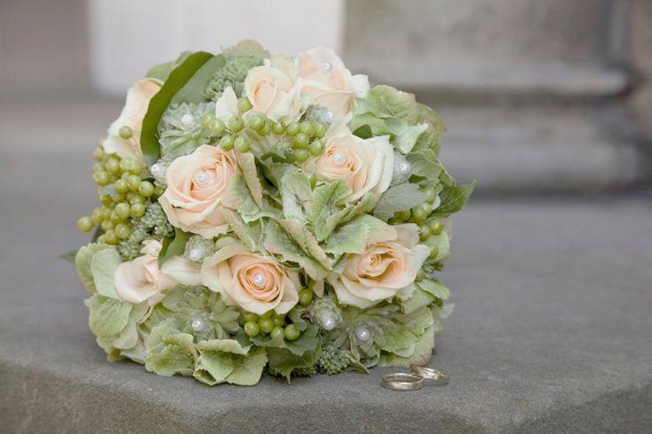 Brautstrauß 2019  Dezenter Brautstrauß mit apricot Rosen und Perlen
