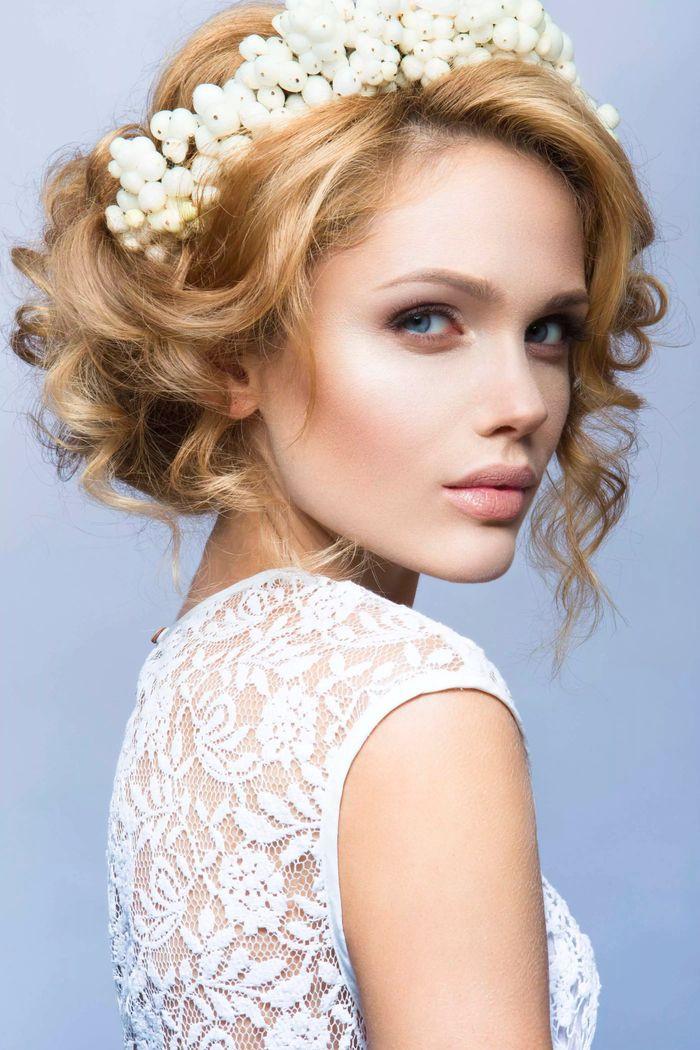 Einfache Hochzeit Frisuren  einfache Hochzeit Frisuren weißes Diadem aus Blumen