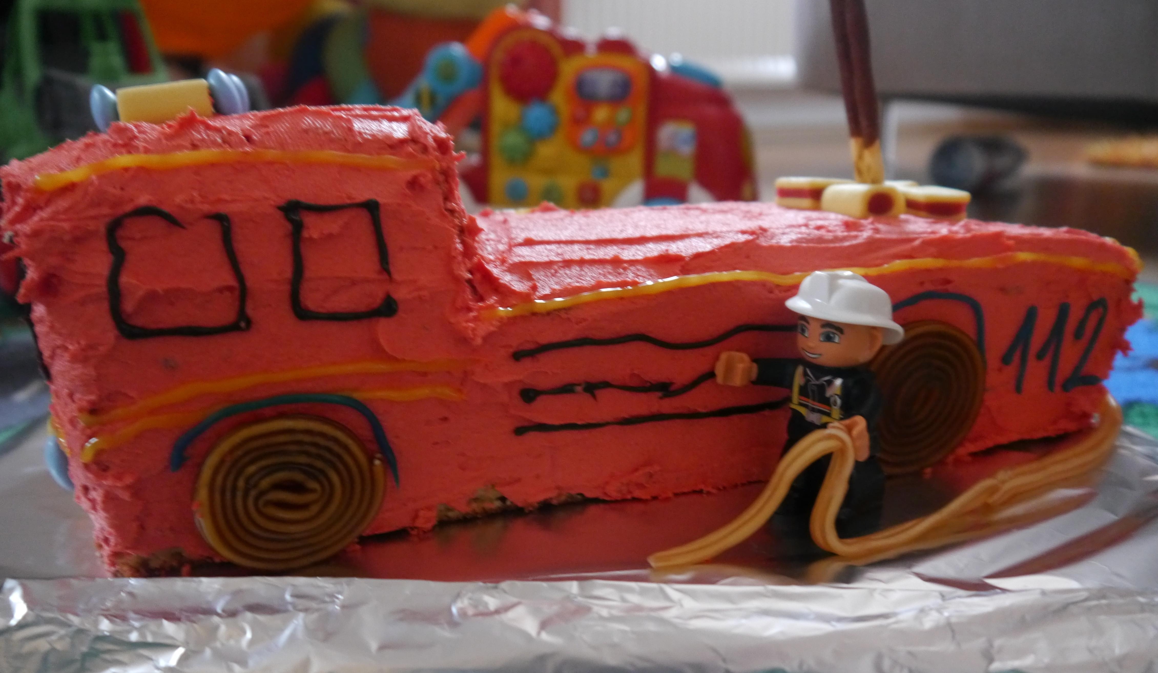 Feuerwehr Kuchen  Tatütata Feuerwehr ist da Ein Feuerwehrauto als