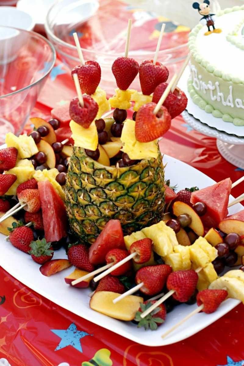 Geburtstagsfeier Essen  Spießen Sie für den Kindergeburtstag leckere Früchte auf