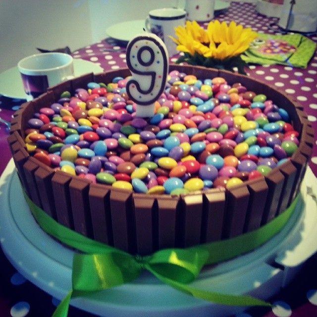 Geburtstagskuchen Kitkat  Die besten 25 Kitkat smarties torte Ideen auf Pinterest