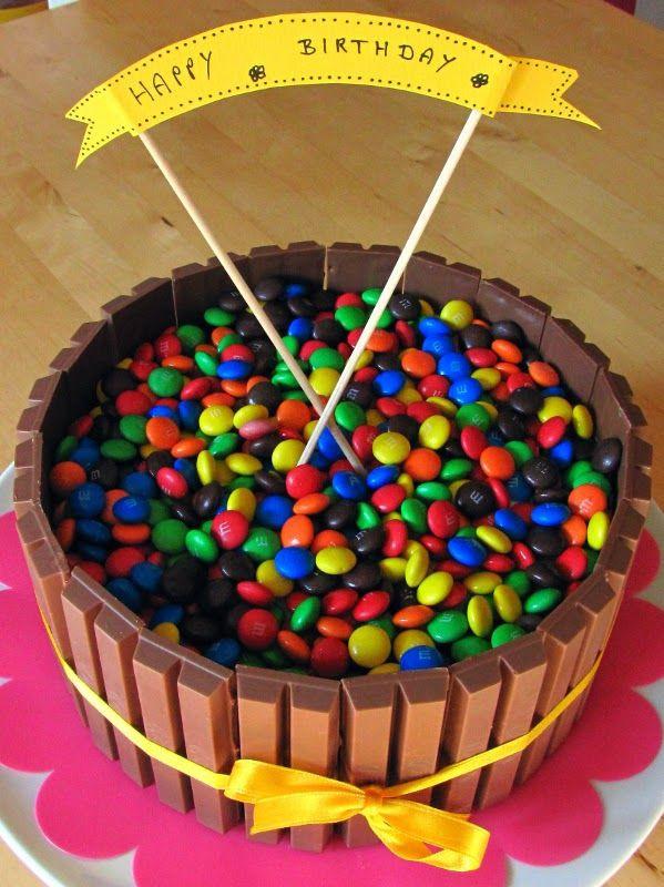 Geburtstagskuchen Kitkat  Bunter Geburtstagskuchen mit Kitkat und Smarties sowie das