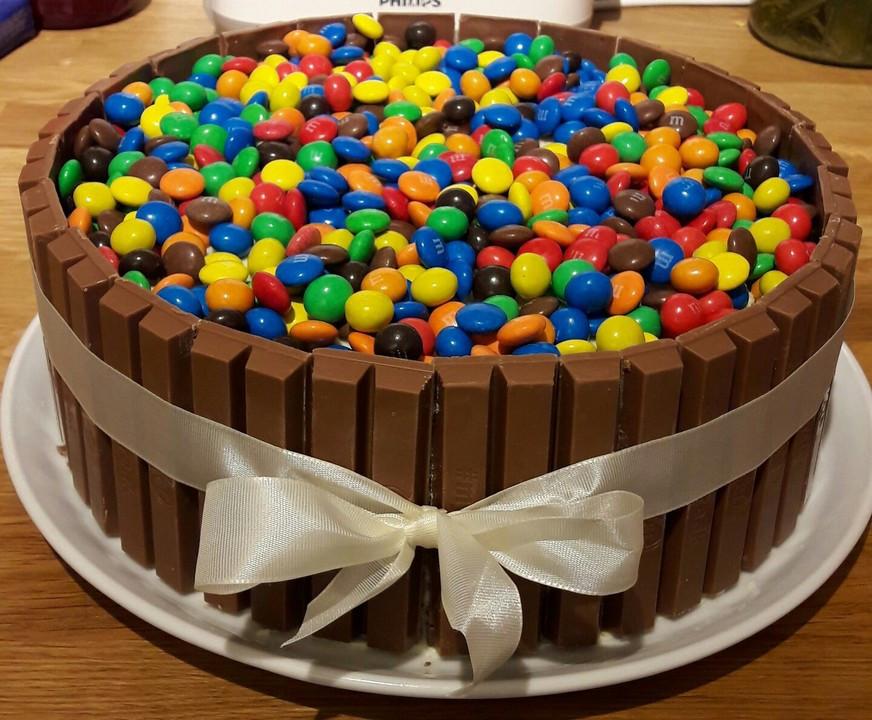 Geburtstagskuchen Kitkat  Bunter Kit Kat Geburtstagskuchen mit Frischkäsecreme von