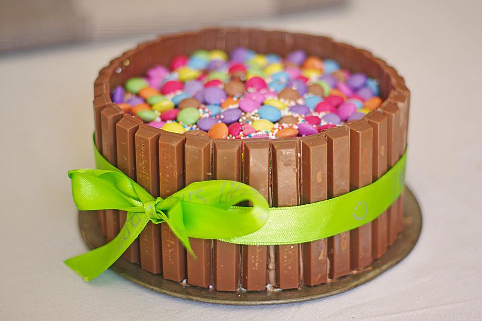 Geburtstagskuchen Kitkat  Schokoladen Kitkat Smartiestorte von Larissafdl