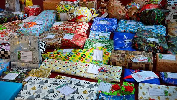 Geschenke An Mitarbeiter Steuerfrei 2016  Mitarbeiter spenden mehr als 600 Geschenke für Kinder