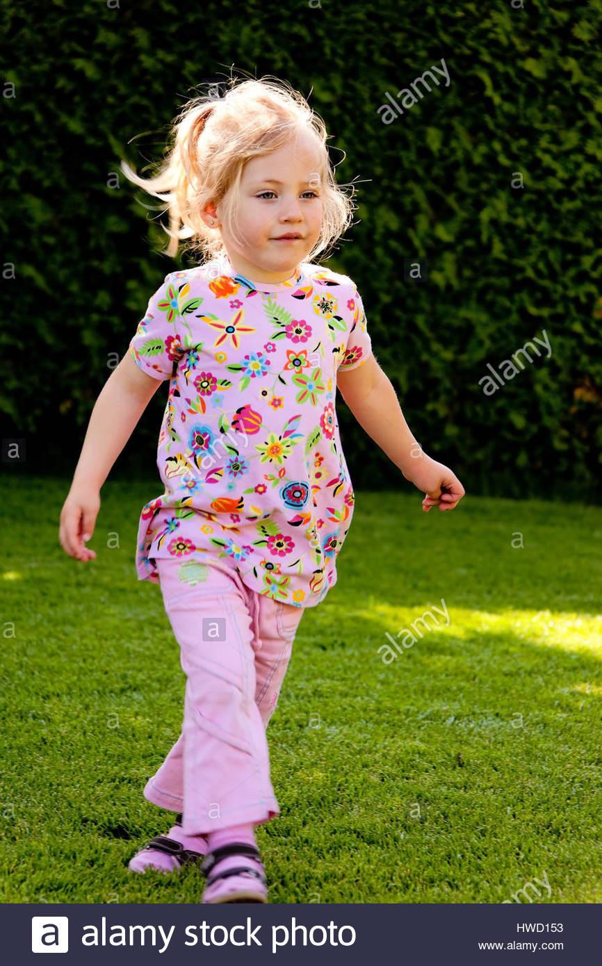 Geschenkideen Mädchen 4 Jahre  Amüsante blondes Mädchen in den Garten ca 4 5 Jahre alt