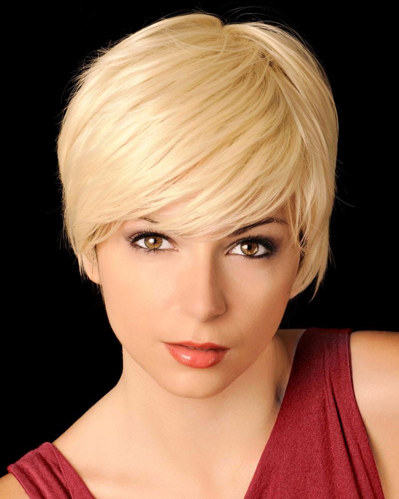 Haare Frisuren  Blonde feminine Kurzhaarfrisur mit Seitenscheitel Blonde