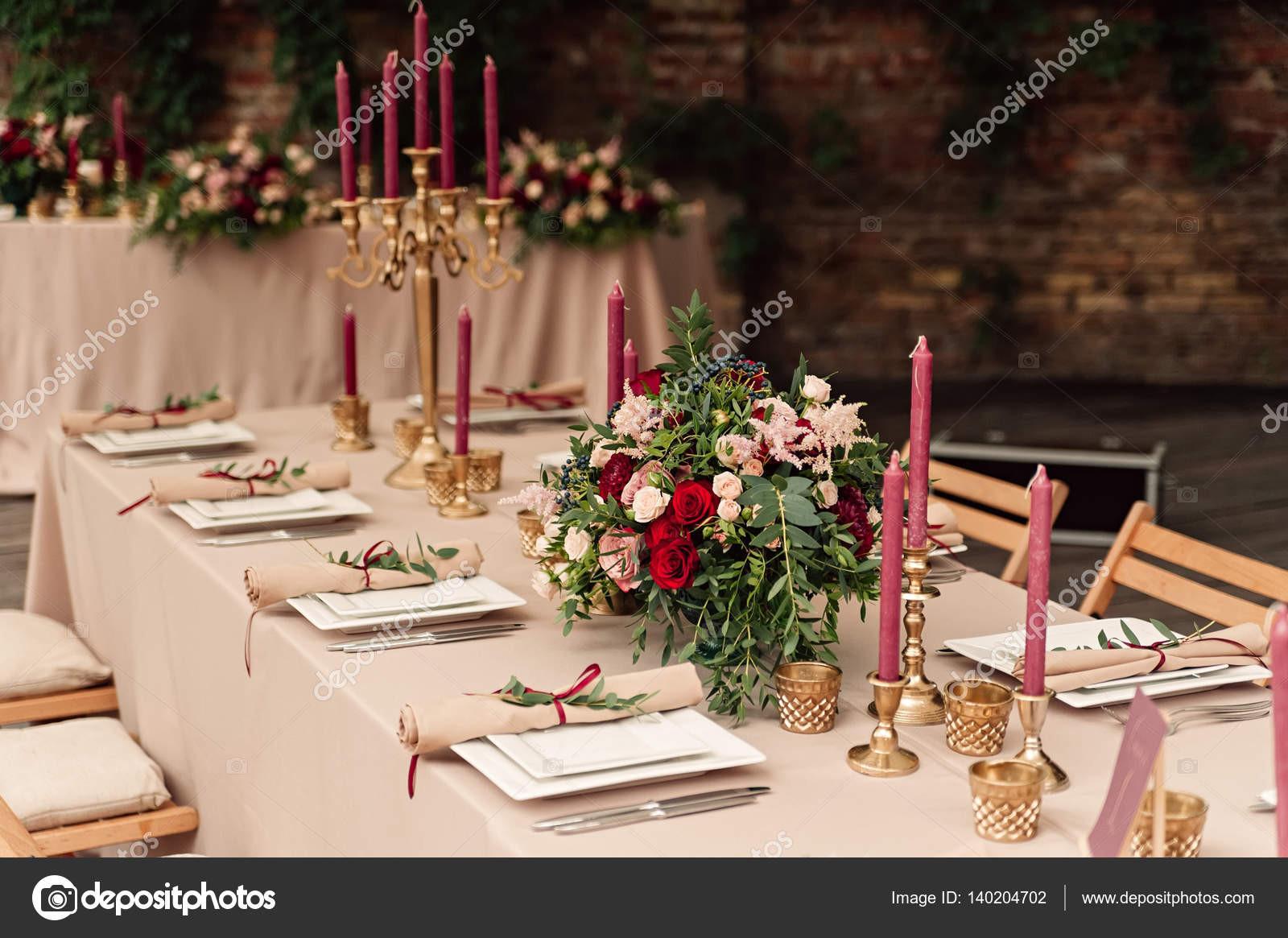 Hochzeit Tisch  Festliche Hochzeit Tisch Kerze Blumen — Stockfoto