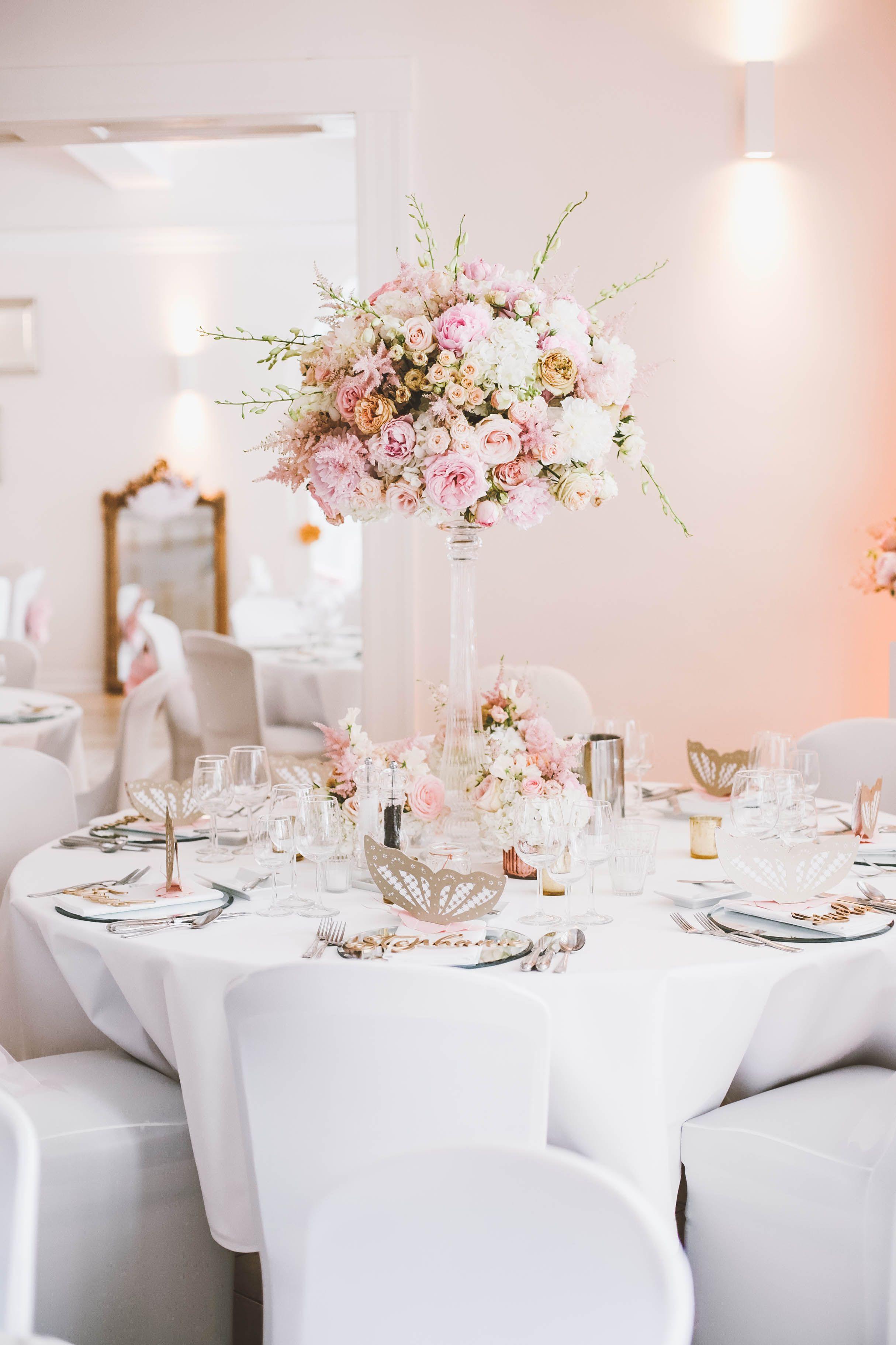Hochzeit Tisch  Tischdekoration hohes Gesteck auf Tisch rosa blush